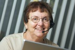 Adulto mayor con el receptor de cabeza del teléfono Fotografía de archivo libre de regalías