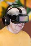 Adulto mayor con los vidrios de la realidad virtual Fotografía de archivo libre de regalías