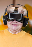 Adulto mayor con los vidrios del vr Foto de archivo libre de regalías