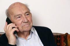 Adulto mayor con un teléfono Fotos de archivo