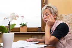 Adulto mayor femenino con los documentos fotografía de archivo