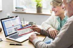 Adulto mayor que lleva a cabo concepto del boleto plano Fotos de archivo libres de regalías
