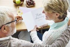 Adulto mayor que lleva a cabo concepto feliz de la tarjeta del aniversario Fotografía de archivo libre de regalías