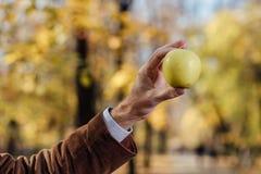 Adulto mayor que sostiene la manzana verde Imagen de archivo libre de regalías