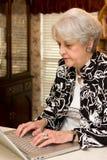 Adulto mayor que trabaja en el país Fotos de archivo