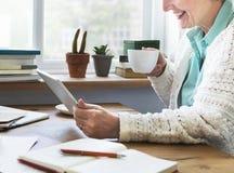 Adulto mayor usando concepto de la tableta del dispositivo de Digitaces Foto de archivo libre de regalías