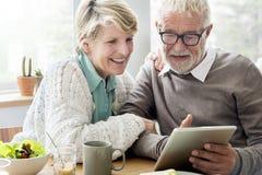 Adulto mayor usando concepto de la tableta del dispositivo de Digitaces Imágenes de archivo libres de regalías