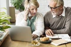 Adulto mayor usando concepto del cuaderno del ordenador portátil Foto de archivo libre de regalías