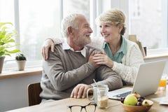 Adulto mayor usando concepto del cuaderno del ordenador portátil Imagen de archivo libre de regalías