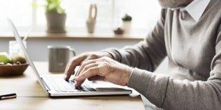 Adulto mayor usando concepto del cuaderno del ordenador portátil Imagen de archivo