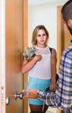 Adulto mirando cómo cónyuge que se mueve hacia fuera con equipaje Imagen de archivo libre de regalías