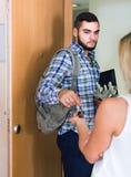 Adulto mirando cómo cónyuge que se mueve hacia fuera con equipaje Fotografía de archivo