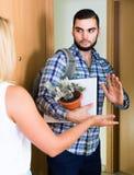 Adulto mirando cómo cónyuge que se mueve hacia fuera con equipaje Foto de archivo libre de regalías