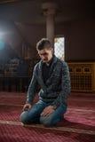 Adulto musulmán que ruega Imagenes de archivo