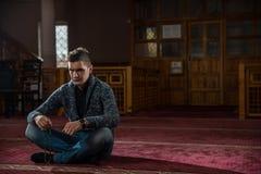 Adulto musulmán que ruega Fotos de archivo