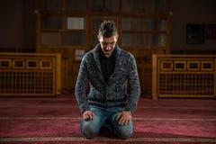 Adulto musulmán que ruega Fotografía de archivo libre de regalías