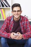 Adulto novo com telefone celular fotografia de stock royalty free