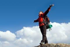Adulto novo de escalada na parte superior da cimeira Imagens de Stock