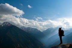 Adulto novo de escalada na parte superior da cimeira Fotos de Stock