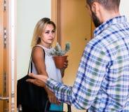 Adulto olhando como esposo que move-se para fora com bagagem Foto de Stock Royalty Free