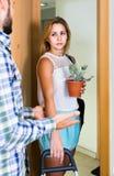 Adulto olhando como esposo que move-se para fora com bagagem Imagens de Stock