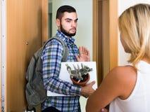 Adulto olhando como esposo que move-se para fora com bagagem Fotos de Stock Royalty Free