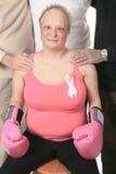 Adulto que lleva a cabo un logotipo del cáncer de pecho Fotos de archivo