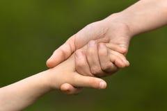 Adulto que lleva a cabo una mano del niño, concepto del parenting Fotos de archivo