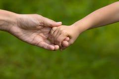 Adulto que lleva a cabo una mano del niño, primer Imagen de archivo