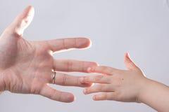 adulto y child& x27; dulzura conmovedora de la ayuda de la mano de s Foto de archivo