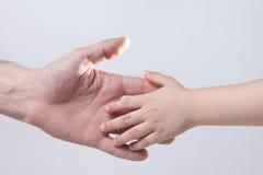 adulto y child& x27; dulzura conmovedora de la ayuda de la mano de s Fotografía de archivo libre de regalías