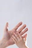 adulto y child& x27; dulzura conmovedora de la ayuda de la mano de s Imagen de archivo