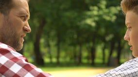 Adulto y hombres adolescentes que hablan sinceramente, ayuda parental, relaciones emprendedoras almacen de metraje de vídeo