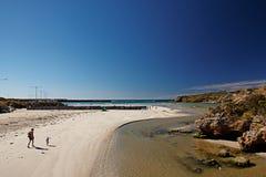 Adulto y niño que caminan en la playa Fotos de archivo libres de regalías