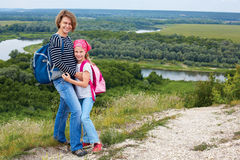 Adulto y niño que se colocan en una cima de la montaña cerca del río Madre w Imágenes de archivo libres de regalías