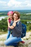 Adulto y niño que se colocan en una cima de la montaña cerca del río Madre w Fotos de archivo