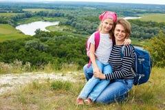 Adulto y niño que se colocan en una cima de la montaña cerca del río Madre w Fotos de archivo libres de regalías