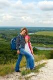 Adulto y niño que se colocan en una cima de la montaña cerca del río Madre w Fotografía de archivo