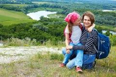 Adulto y niño que se colocan en una cima de la montaña cerca del río Madre w Fotografía de archivo libre de regalías