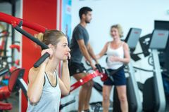 Adultos activos en club de fitness imagenes de archivo