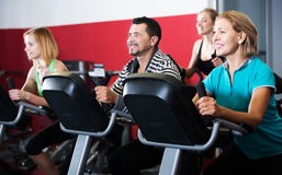 Adultos activos en gimnasio Foto de archivo