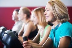 Adultos activos en gimnasio Imagen de archivo libre de regalías