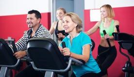 Adultos activos en gimnasio Imagen de archivo
