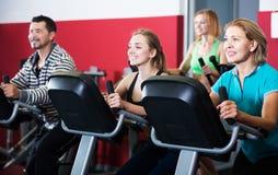 Adultos activos en gimnasio Imágenes de archivo libres de regalías