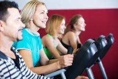 Adultos activos en gimnasio Fotografía de archivo