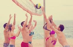 Adultos activos que juegan beachvolley Imagen de archivo