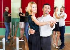 Adultos alegres que tienen danzas del sepulcro Fotos de archivo
