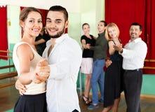 Adultos alegres que tienen danzas del sepulcro Imagen de archivo libre de regalías