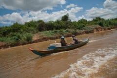 Adultos asiáticos en el barco en el río Imagenes de archivo