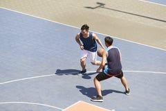 Adultos asiáticos jovenes que juegan a baloncesto fotografía de archivo libre de regalías